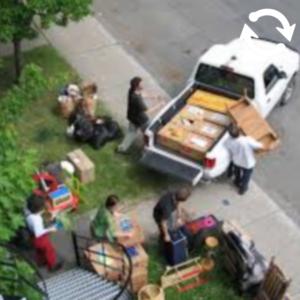 Des personnes déménagent des meubles et cartons dans une camionnette