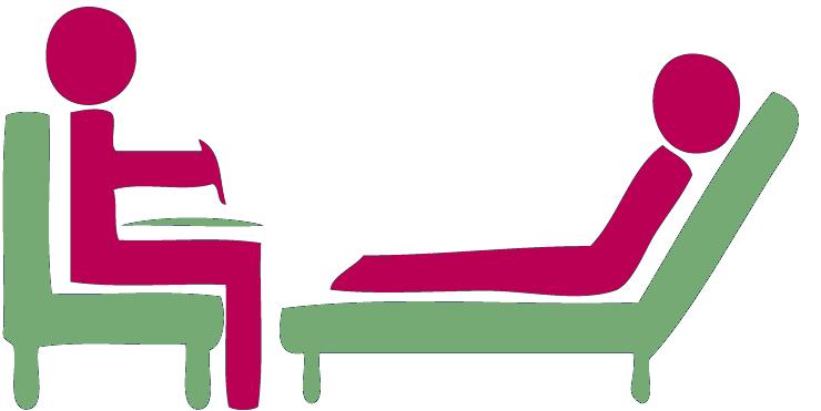 Une personne assise sur une chaise et une personne allongée dans un fauteuil