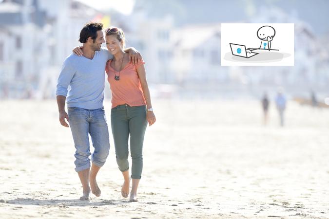Couple marchant bras dessus bras dessous sur la plage