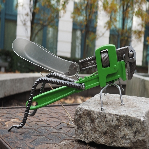 Sculpture de sauterelle faite de d'objets récupérés