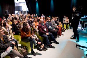 Conférencier devant public assis