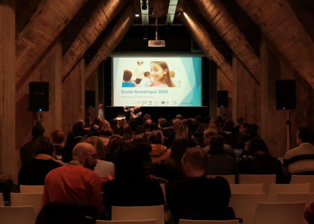 Salle de conférence avec écran