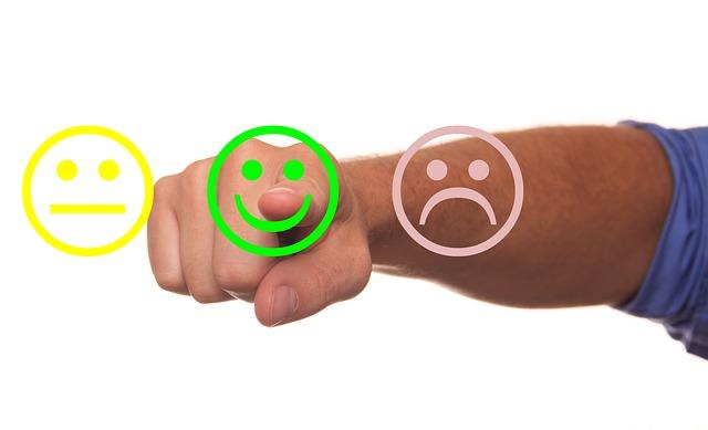 Trois smileys : un neutre, un souriant et un mécontent