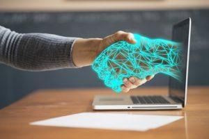 ëtre humain serrant la main à un ordinateur
