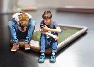 Deux personnes assises sur un smartphone géant